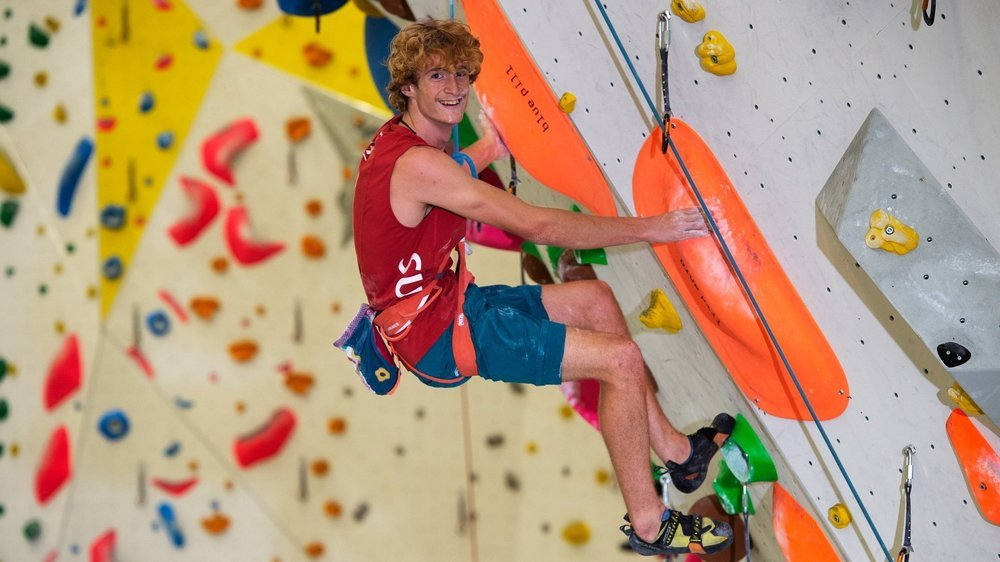 Dylan Chuat évolue en toute décontraction pour la photo sur l'un des murs du centre d'escalade de Villeneuve.