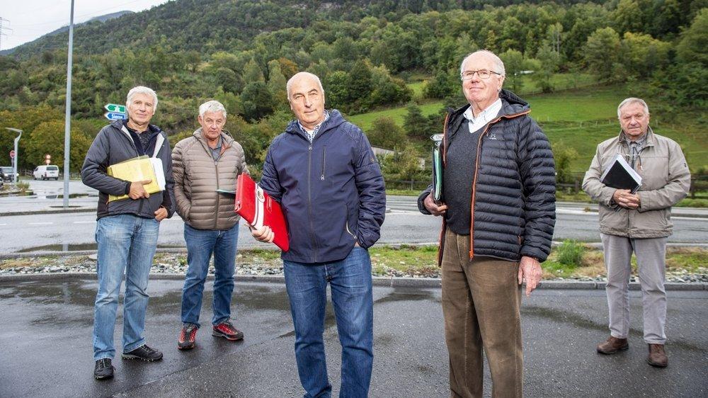 De gauche à droite: Jean-Luc Bétrisey, Philippe Siggen, Jean-François Neurohr, Edmond Perruchoud et Paul Glassey posent à proximité de la parcelle sur laquelle est prévue la station de départ de la télécabine Daval-Vercorin.