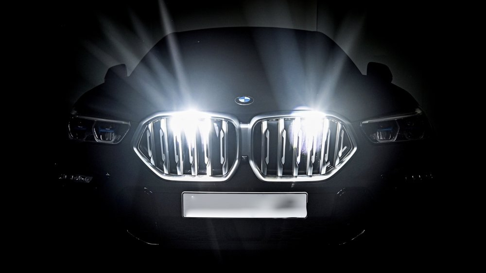 Le jeune homme de 19 ans fonçait de nuit à 228 km/h au volant de la BMW X6 de sa maman.