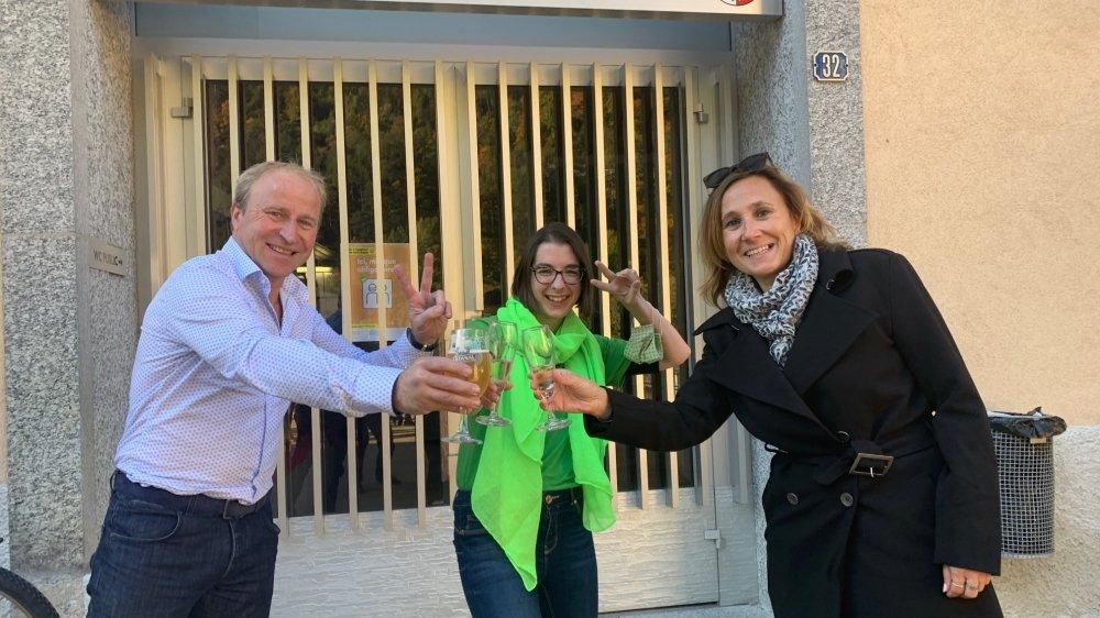 Céline Lugon (au centre) fête son élection en compagnie des parents de Nathan Tornay, l'autre surprise du scrutin comberain, absent ce dimanche pour cause de quarantaine.