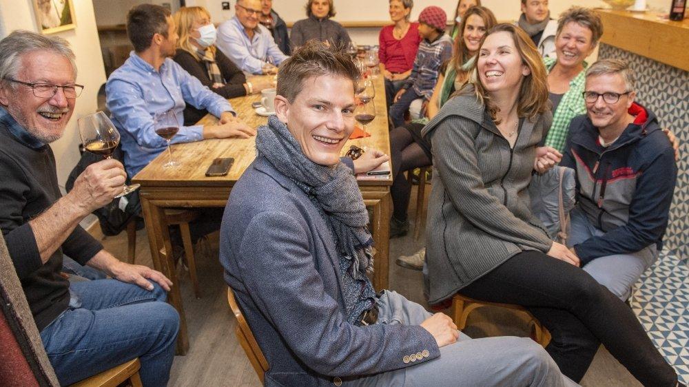 Le candidat vert Jérémy Savioz (au premier plan) fait son entrée au conseil communal de Sierre. Il savoure son résultat en compagnie de son entourage.