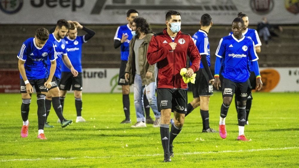 Les joueurs du FC Monthey et du FC Saint-Maurice se préparent avant le derby qui les a opposés mercredi soir.