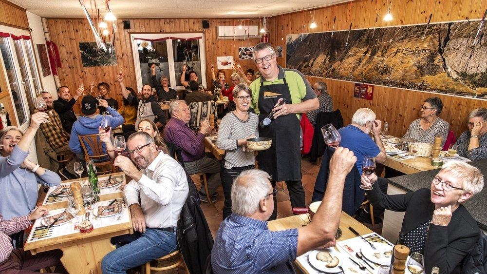 Propriétaire de la Cave du Chavalard à Fully, Gilles Carron a organisé six soirées fondue dans le cadre de La Foire s'éclate! Chaque soir, près de 45 visiteurs ont répondu présent dans son carnotzet.