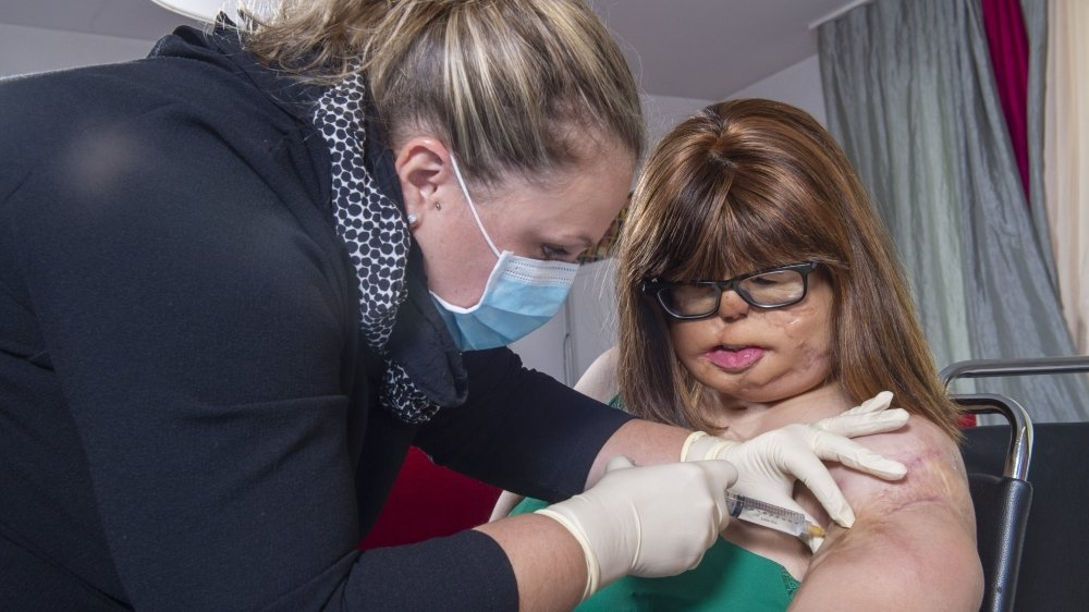 Deux fois par semaine, l'infirmière Sabine Longchamp injecte un peu de liquide dans les ballonnets sous le bras de Jenny Udriot.