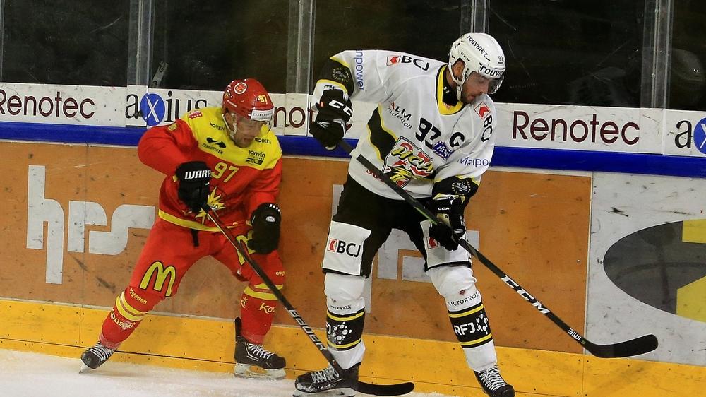Tomas Dolana tente de subtiliser le puck à Jordane Hauert.