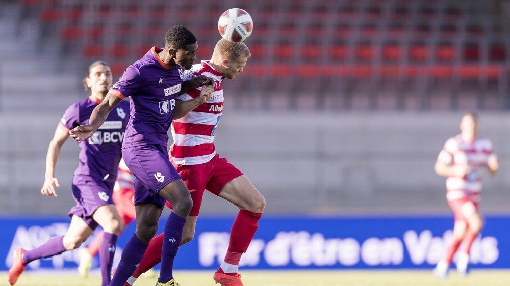 Duel de Valaisans sur la pelouse du stade de Tourbillon entre Elton Monteiro, le défenseur du Lausanne-Sport, et Gaëtan Karlen, l'attaquant du FC Sion.