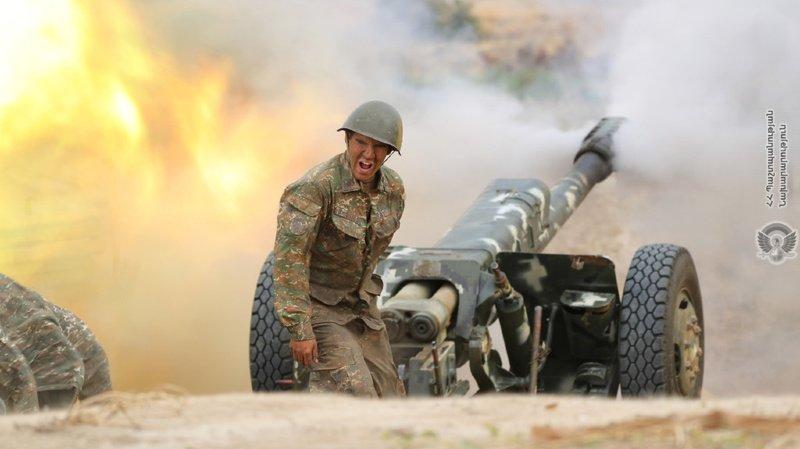 Sur cette photo publiée par le ministère de la défense arménien le mardi 29 septembre 2020, un soldat arménien tire une pièce d'artillerie lors d'un combat avec les forces azerbaïdjanaises dans la région séparatiste du Haut-Karabakh.