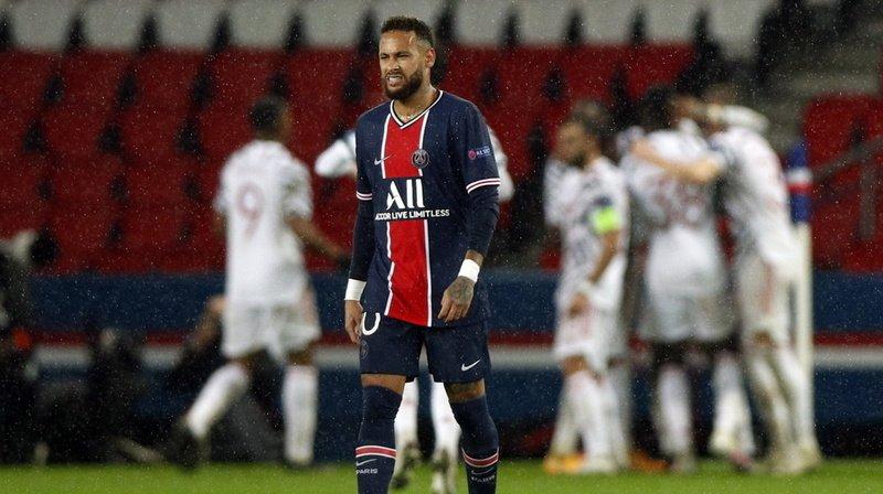 Neymar et ses coéquipiers du PSG grimacent après leur défaite.