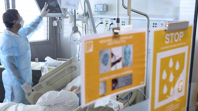 Un soignant et un patient atteint du Covid-19 au Centre hospitalier universitaire vaudois (CHUV) (archives).