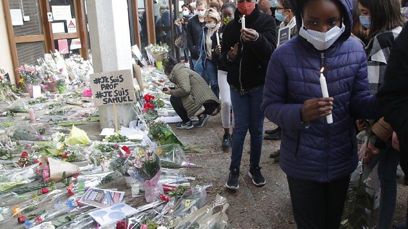 France: un millier de personnes rendent hommage à l'enseignant décapité