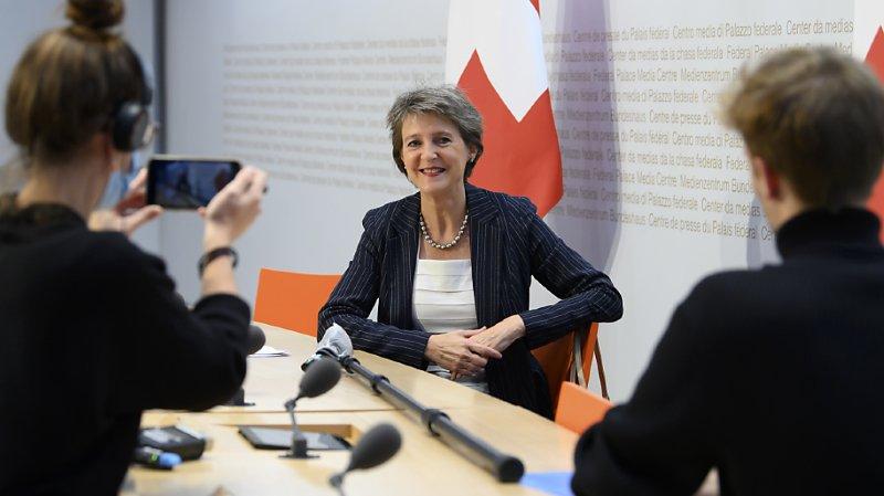 La présidente de la Confédération Simonetta Sommaruga s'est prêtée au jeu des questions avec des ados mardi au centre de presse à Berne.