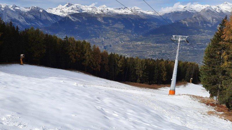 La piste de l'Ours est déjà recouverte de plusieurs centimètres de neige artificielle.