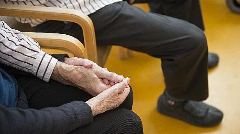 Les députés estiment que les soins aux personnes âgés nécessitent plus de personnel.