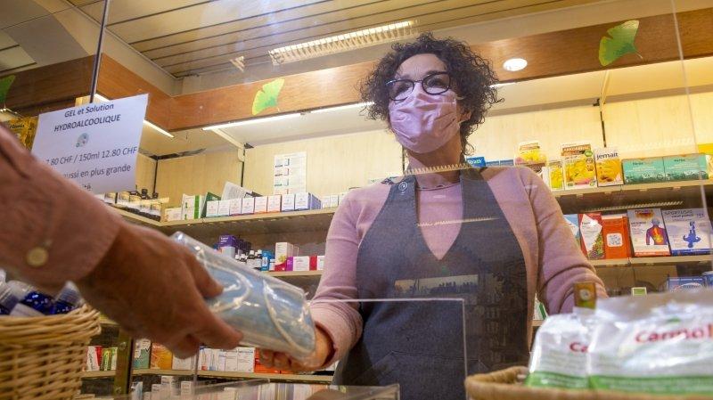 Le Valais impose de nouvelles mesures pour lutter contre le coronavirus, dont le port du masque obligatoire dès 12 ans dans les lieux publics.