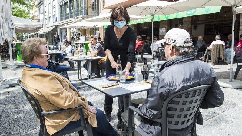 Certains bars et restos valaisans ont dû réduire le nombre de tables pour respecter les distances imposées par la pandémie de coronavirus.