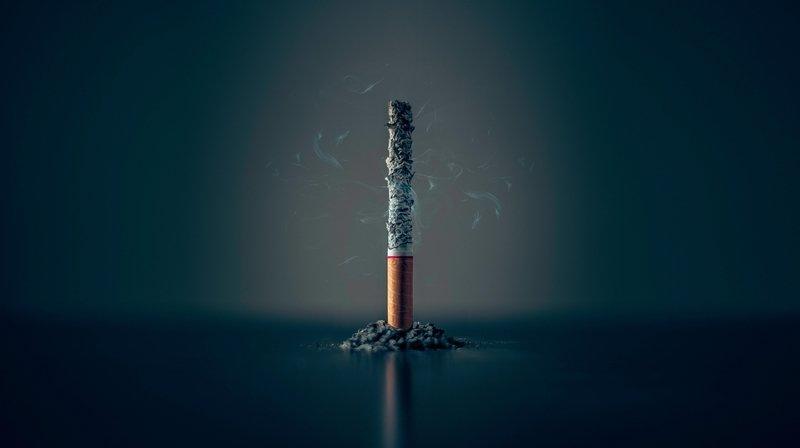 Fumée tertiaire: la cigarette est écrasée dans le cendrier, pourtant on fume encore