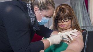 Jenny serre les dents après son opération du bras gauche