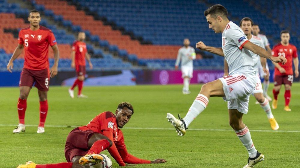 Edimilson Fernandes intervient avec décision devant Sergio Reguilon durant le match entre la Suisse et l'Espagne samedi à Bâle.