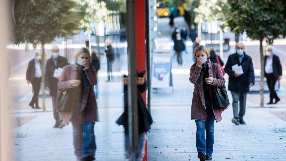 Bientôt le masque obligatoire dans la rue? Chaque extension des mesures sanitaires suscite son lot de critiques.