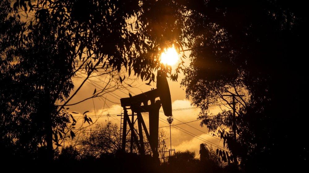 L'Office fédéral de l'environnement et le Secrétariat d'Etat aux questions financières internationales critiquent l'importance trop grande des investissements dans les énergies fossiles des banques, assurances et caisses de pension.