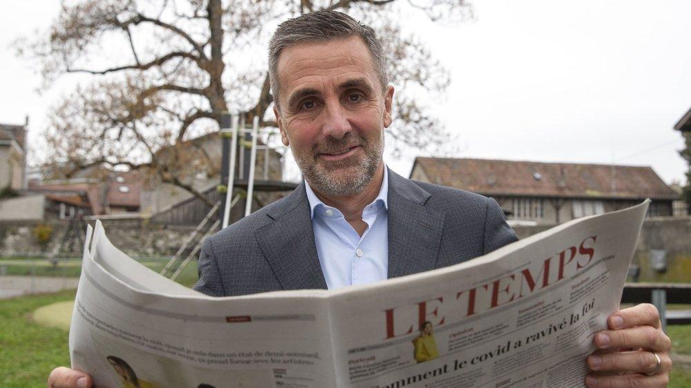 Francois Longchamp, president de la Fondation Aventinus, pose avec le quotidien Le Temps, qui passe aux mains de cette fondation de mécènes.