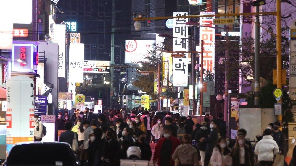 Près de la gare Gangnam, à Seoul, en Corée du Sud, la foule se presse dans la rue. Comme beaucoup de pays d'Asie, il n'y a pas vraiment de deuxième vague dans la péninsule.