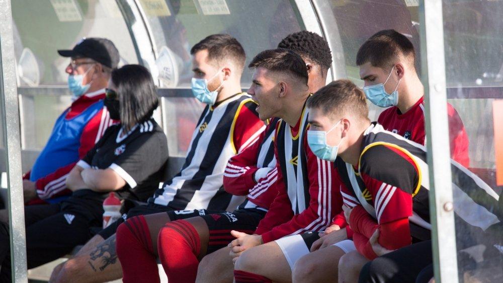 Monthey, Saint-Maurice et Sierre sont à l'arrêt en deuxième ligue inter, alors que Martigny attend des décisions claires en 1re ligue.