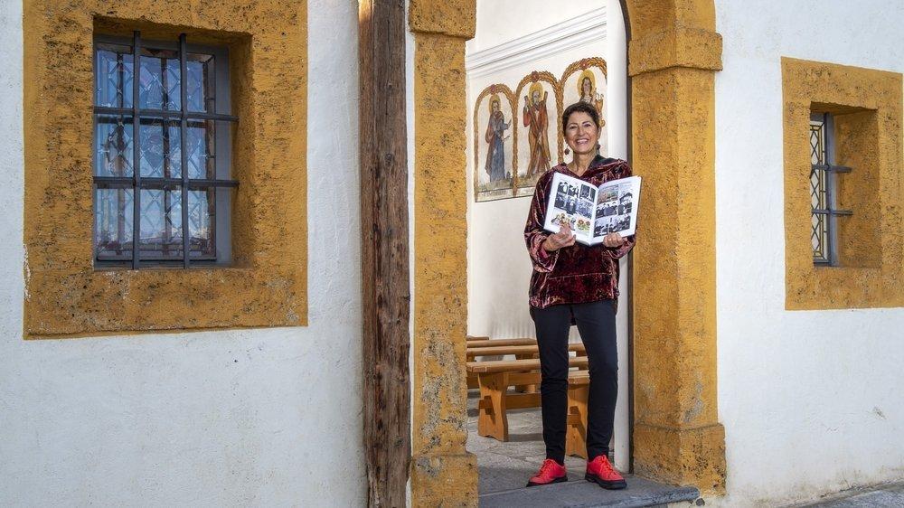 """Catherine Glassey, responsable du projet de la bande dessinée """"Le Déserteur"""", est sur les traces du peintre disparu il y a 150 ans dans la chapelle Saint-Michel de Haute-Nendaz."""