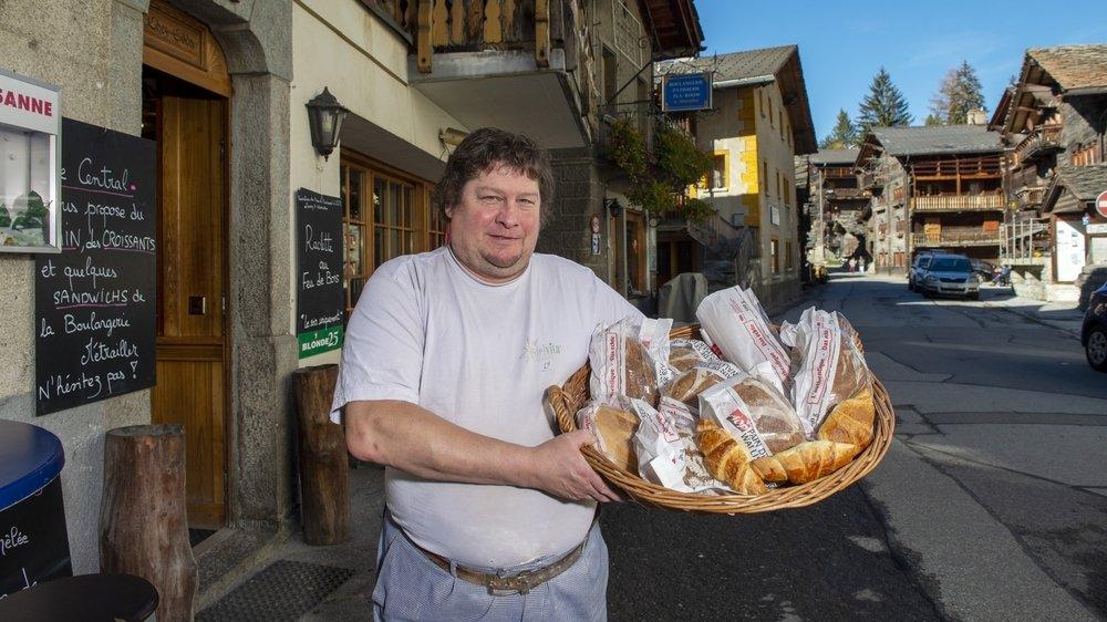 A Evolène, comme l'autre boulangerie a été placée en quarantaine, Nicolas Métrailler a écourté ses vacances pour se remettre au pétrin.