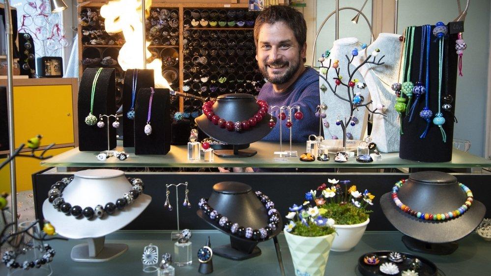 Outre la verrerie technique qui est son activité principale, Thierry Cardis travaille aussi le verre dans un registre plus créatif. Il fabrique par exemple des bijoux, parfois en collaboration avec sa maman Michèle, perlière.