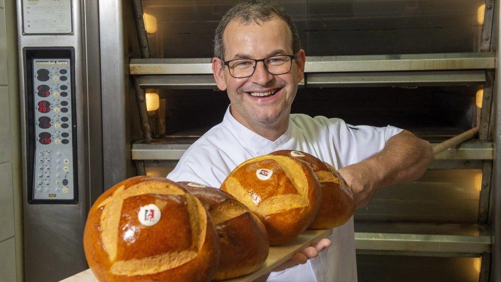Artisan-boulanger depuis 36 ans, Jean-Luc Delabays confectionne quotidiennement des cuchaules à Grandvillard.