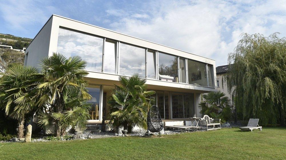 Préservée du voisinage comme du soleil, la maison présente une surface habitable de 416 m2, répartis sur deux étages. Un écrin de tranquillité sur les hauts de la capitale valaisanne.