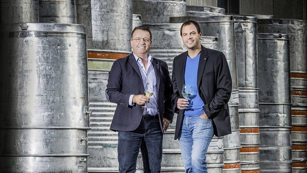 Emmanuel Carron, directeur de la cave Saint-Pierre à Chamoson, et Thierry Ciampi, œnologue responsable chez Schenk, heureux de fêter le titre de Cave suisse de l'année 2020.