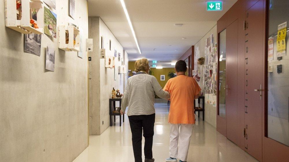 Depuis le 22 octobre, les résidents des EMS sont cantonnés dans leur chambre. Ils ne peuvent en sortir que quelques minutes dans la journée pour faire quelques pas, toujours accompagnés du personnel.