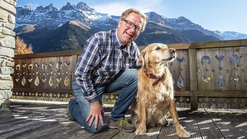 Jacques Berra, ici avec son chien Kiwi, est prêt à s'élancer pour sa première législature à la tête de la commune de Champéry.