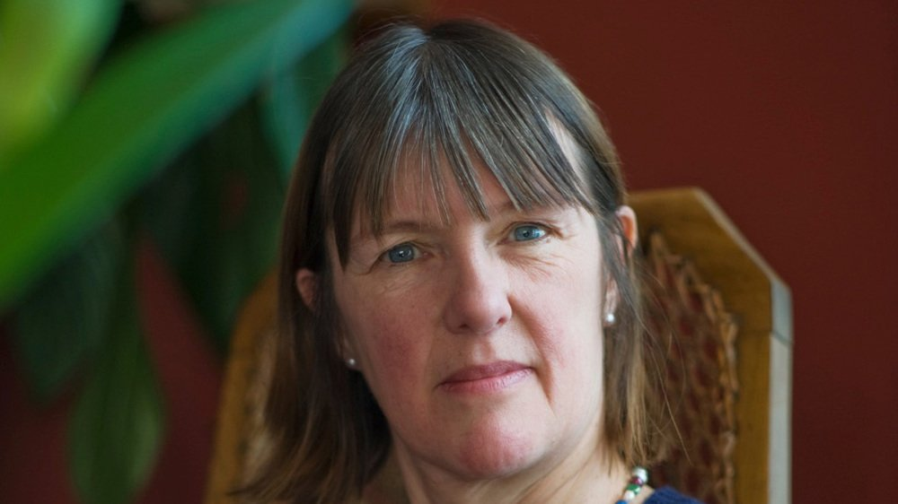 Entre vestiges archéologiques et vents insulaires, Kathleen Jamie trace au fil de ses récits un sillage littéraire intime et poétique.