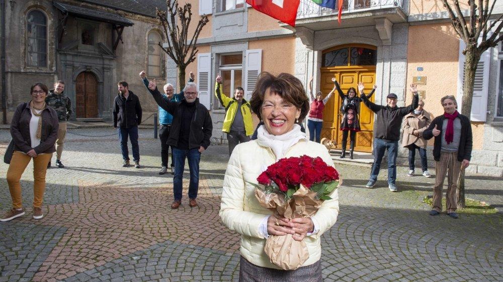 La nouvelle présidente de Sembrancher Marie-Madeleine Luy fêtée par ses sympathisants dans le respect des règles sanitaires.