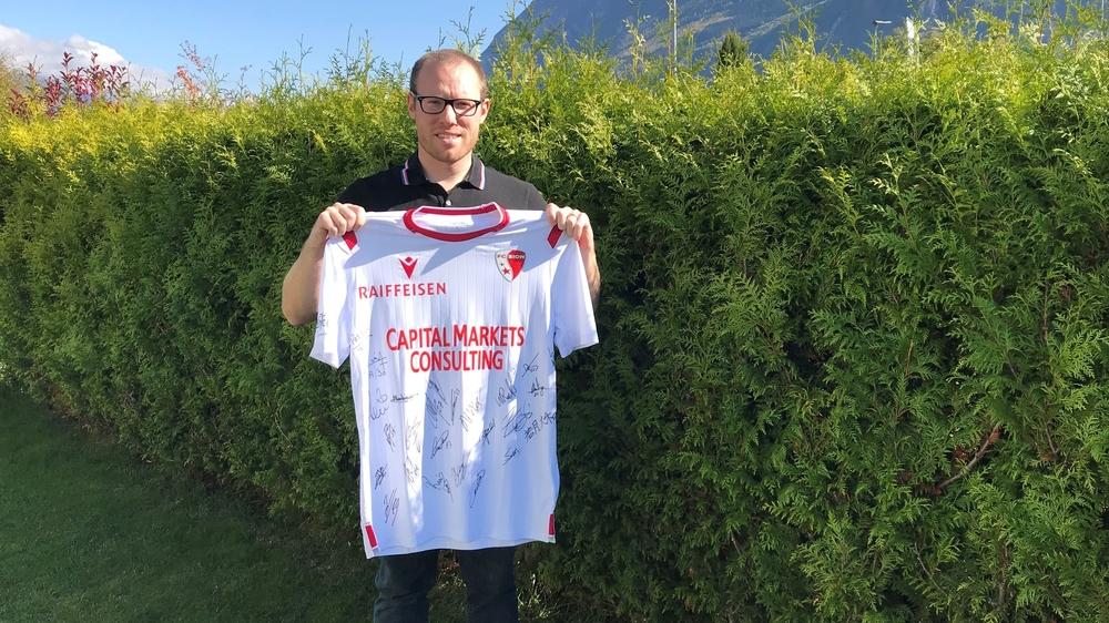 Mauro Morganella avec le maillot dédicacé du FC Sion remporté par un fan haut-valaisan.