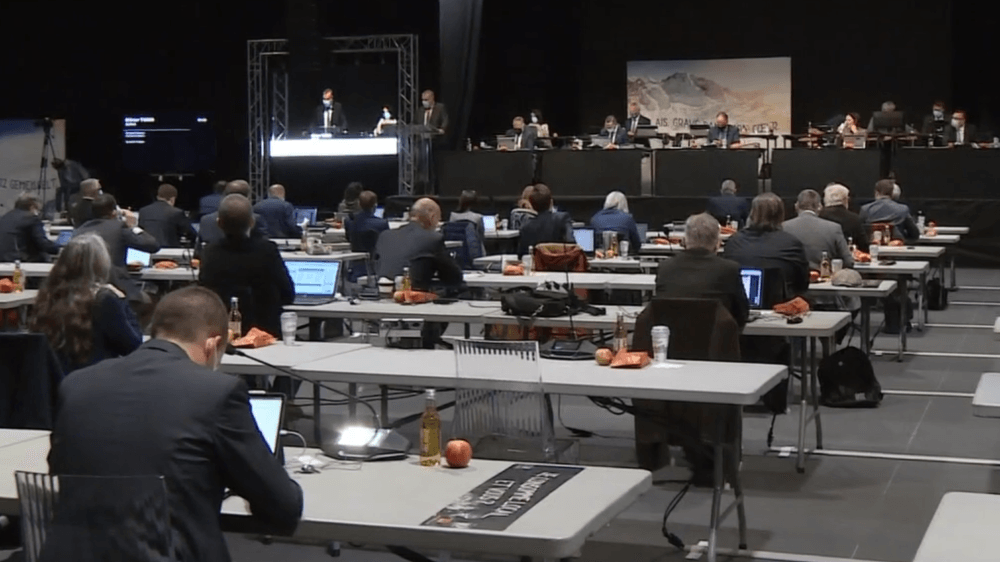 Après Brigue, le Grand Conseil siège au CERM de Martigny pour respecter les distances sanitaires. Ce qui ne suffit toutefois pas aux sept députés de l'UDC du Haut, qui refusent de siéger dans une salle à 130 avec le taux actuel d'infections au Covid-19.