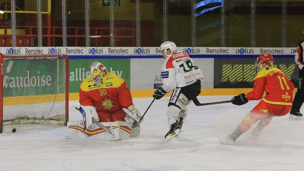 Dion Knelsen se présente seul face à Remo Giovannini et ouvre le score pour Olten.