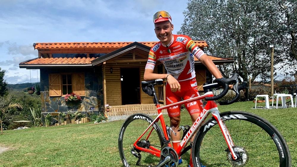 Simon Pellaud est devant sa maison, en Colombie, où il vit une bonne partie de l'année.