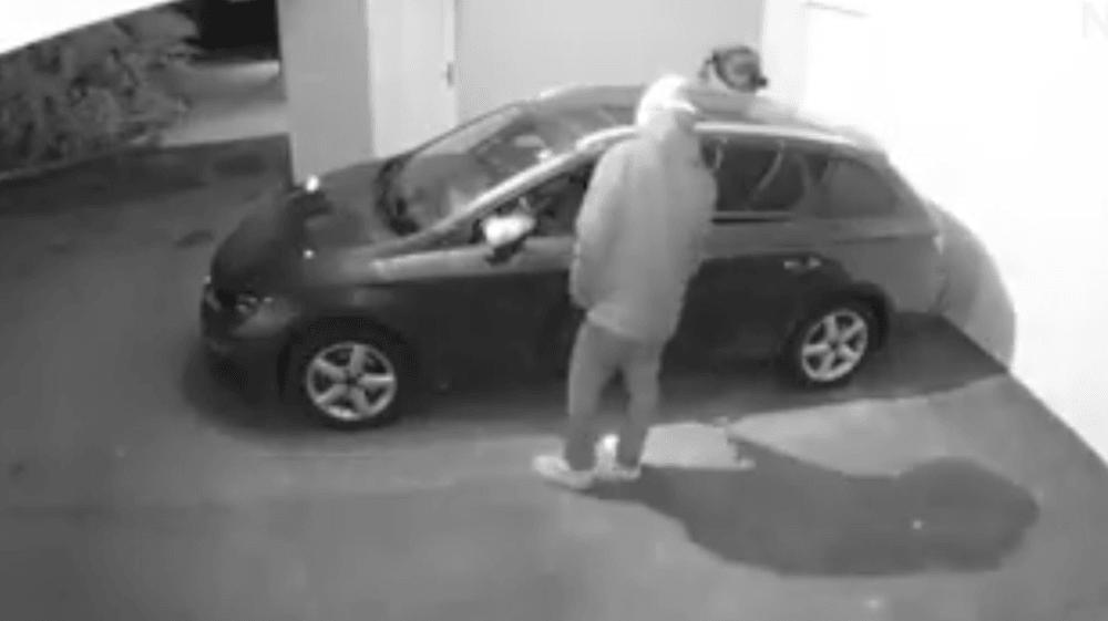 L'homme cherche visiblement à s'introduire dans des voitures pendant la nuit.