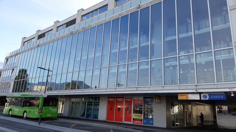 La Ville de Monthey souhaite acquérir ces locaux de la Poste, sis au rez-de-chaussée de la médiathèque, afin d'agrandir l'offre culturelle.