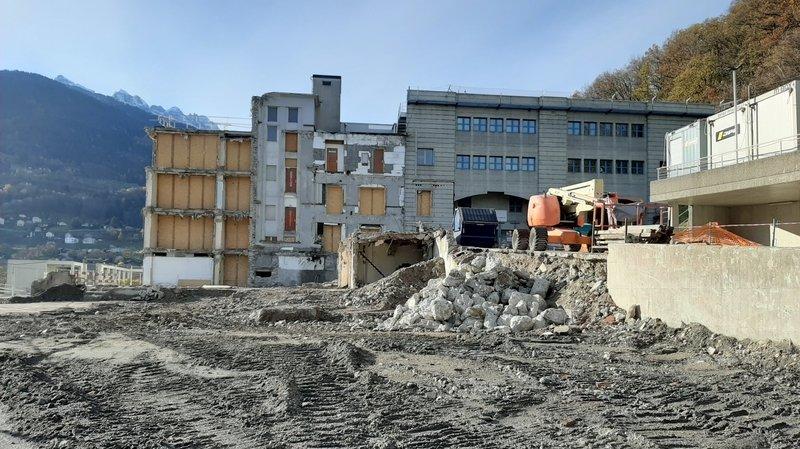 Lieu de souvenirs pour des milliers de personnes, l'hôpital de Monthey a été partiellement démoli