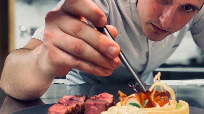 Le restaurant Le Bois Sauvage à Hérémence est entré dans le classement du Gault & Millau 2021 avec la note de 13 points sur 20. La cuisine parfaitement maîtrisée de Kévin Villaret, épaulé par Anne-Sophie von Roten pour l'administratif et l'accueil, a séduit le juré du Gault & Millau.