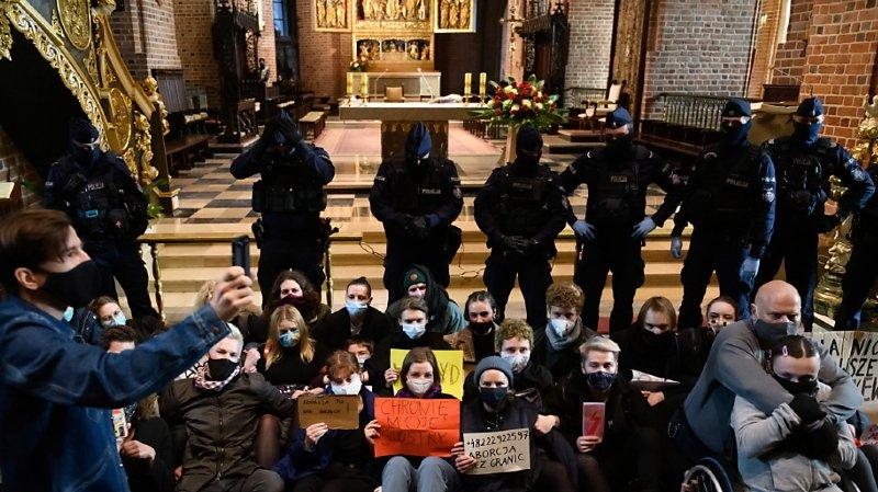 Les protestations contre l'interdiction de l'avortement en Pologne ont gagné les églises.