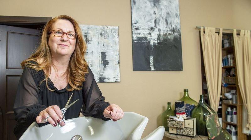 Coronavirus: une coiffeuse de Savièse propose à deux artistes d'exposer dans son salon