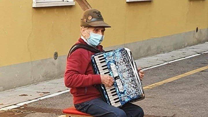 Avec sa musique, Stefano Bozzini a donné le sourire à son épouse ainsi qu'aux autres malades et au personnel de l'hôpital.