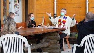 Coronavirus oblige, le chanoine Genoud a célébré la première communion de Ludivine chez elle