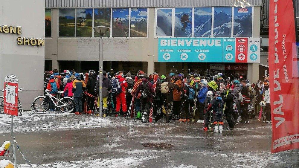 Les photos incriminées montrent des skieurs agglutinés au départ des cabines du Châble.